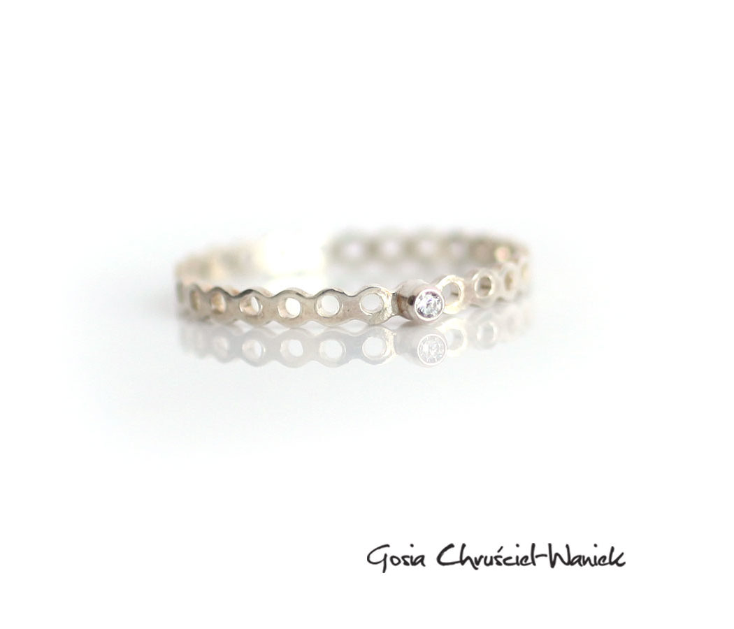 Ażurowy srebrny pierścionek z cyrkonią