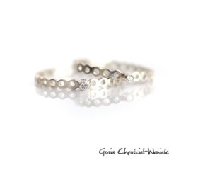 Ażurowy pierścionek z białącyrkonią