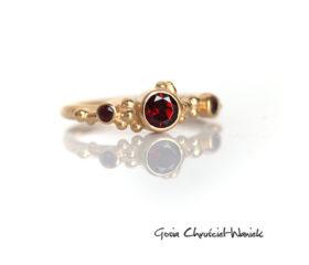 Złocony pierścionek z granatami i ametystem