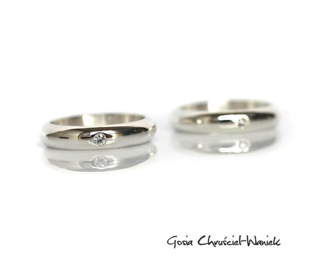 Obrączki ślubne z białymi szafirami