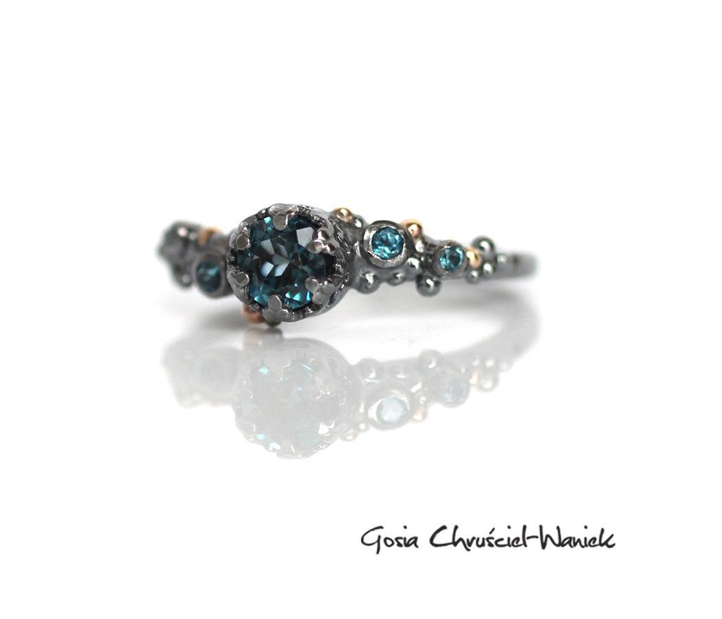 Srebrno złoty pierścionek z topazami London Blue
