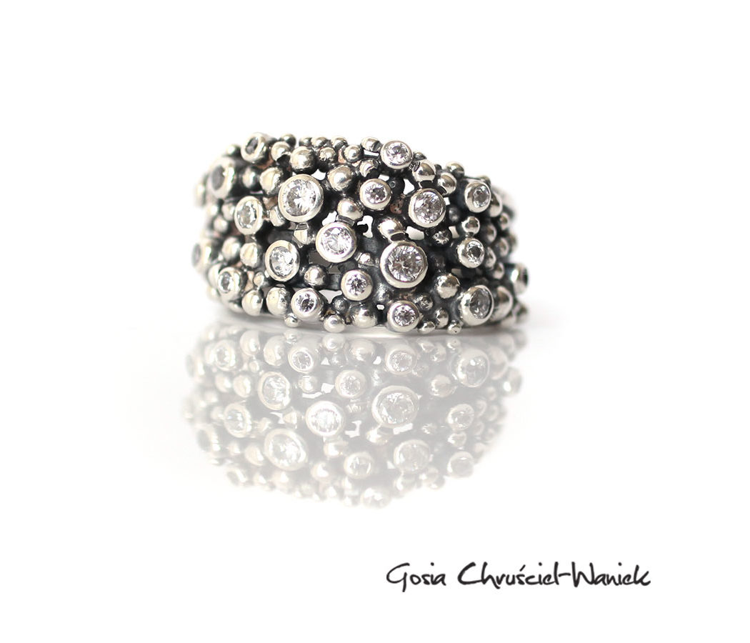 Srebrny, organiczny pierścionek z cyrkoniami