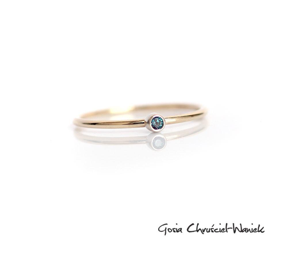 Złoty, delikatny pierścionek z hodowanym aleksandrytem