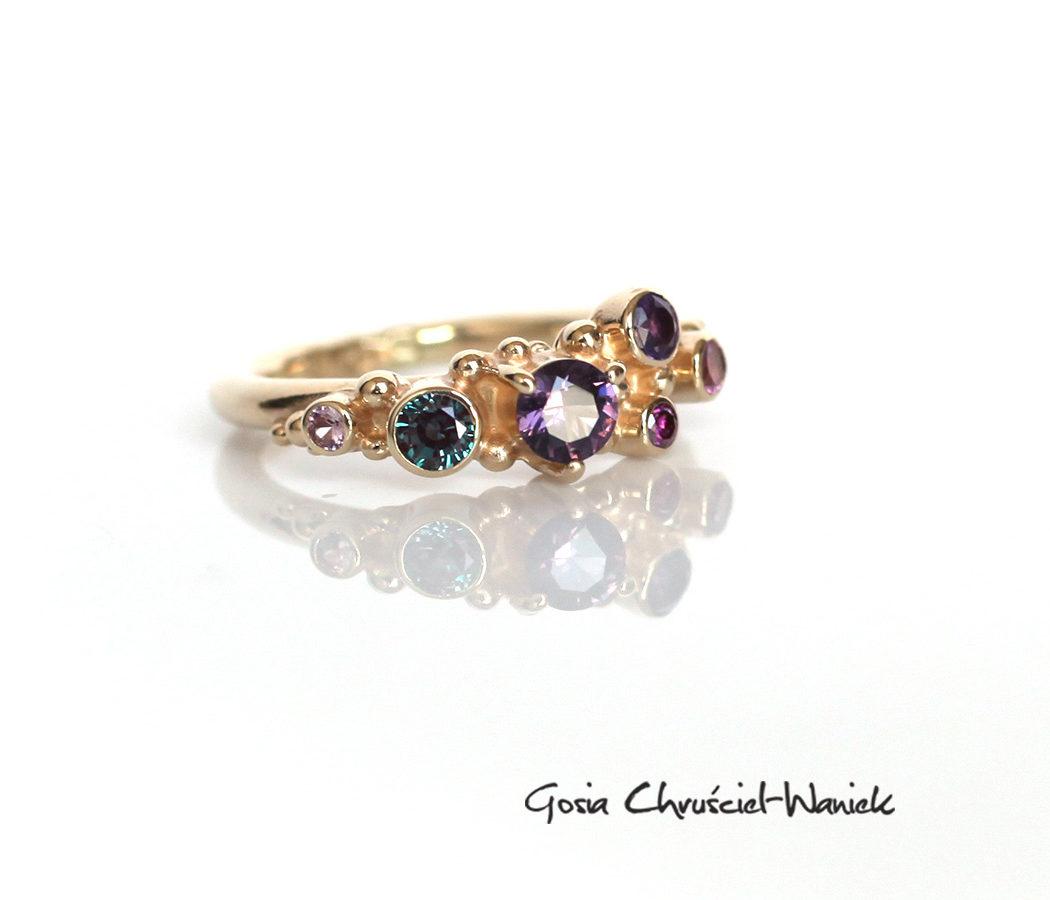 Złoty pierścionek ze spinelem, aleksandrytem, szafirem, turmalinem i ametystem