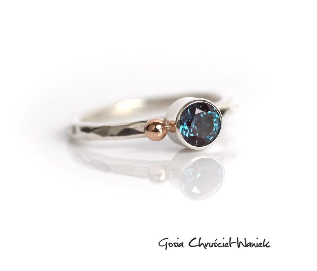 Srebrny pierścionek z hodowanym aleksandrytem