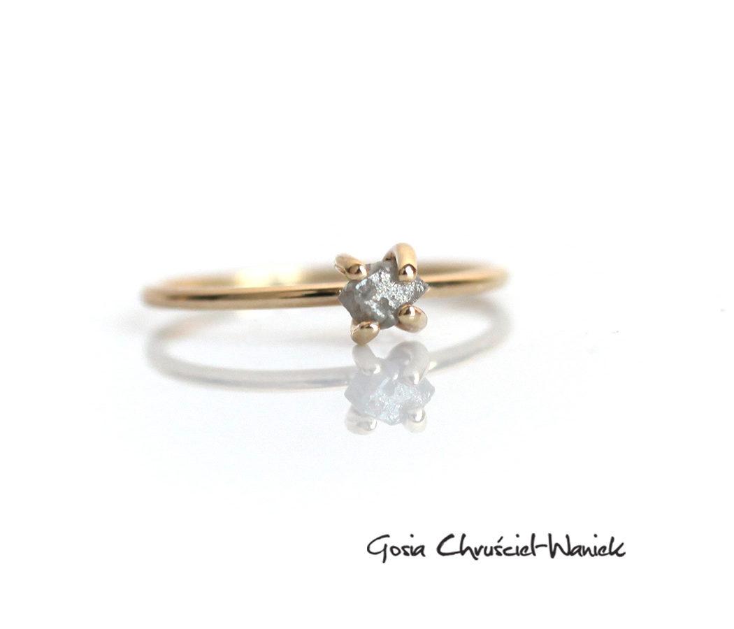 Złoty pierścionek z surowym diamentem