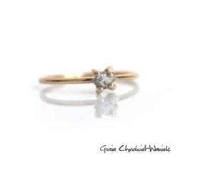 Złoty pierścionek z surowym szarym diamentem