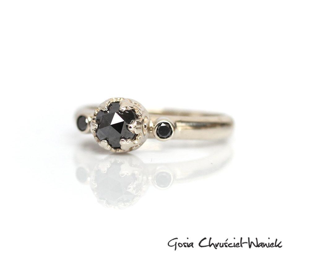Pierścionek zaręćzynowy z czarnymi diamentami w białym złocie