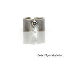 Szeroka obrączka z rozetą diamentową