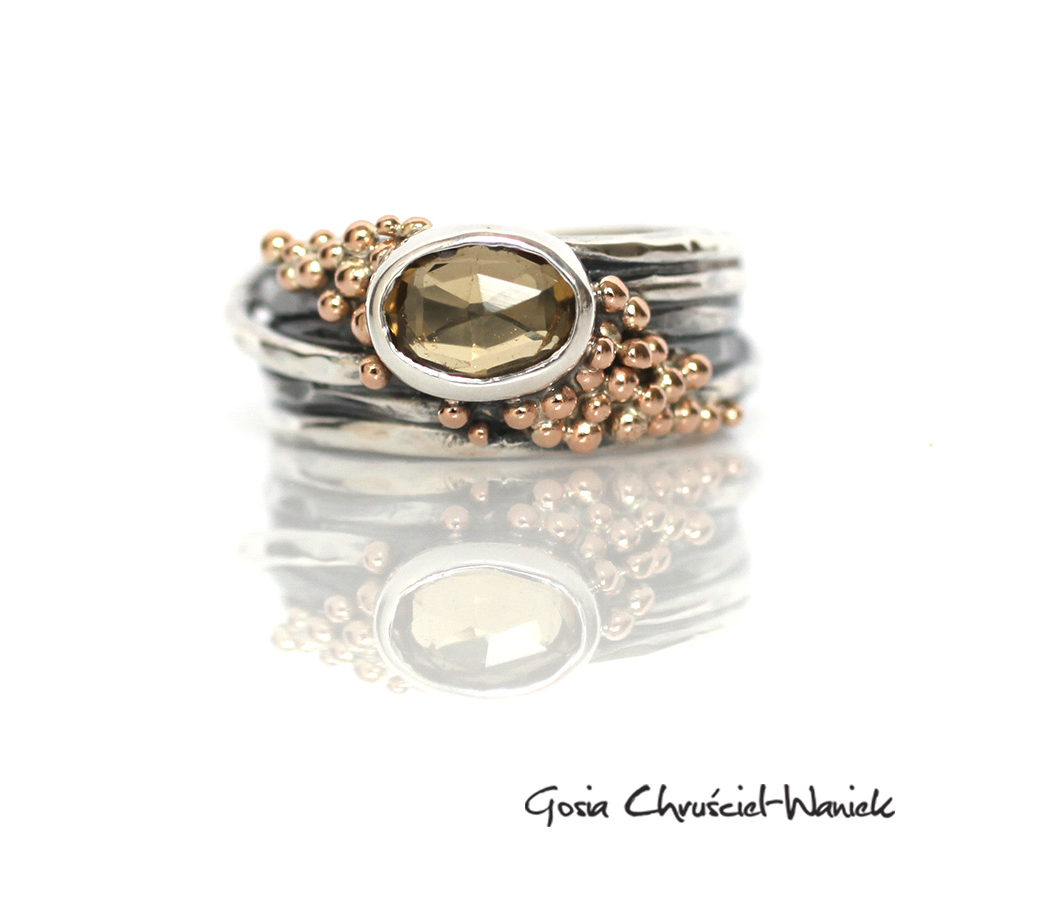 Okazały pierścionek z kwarcem miodowym i złotem