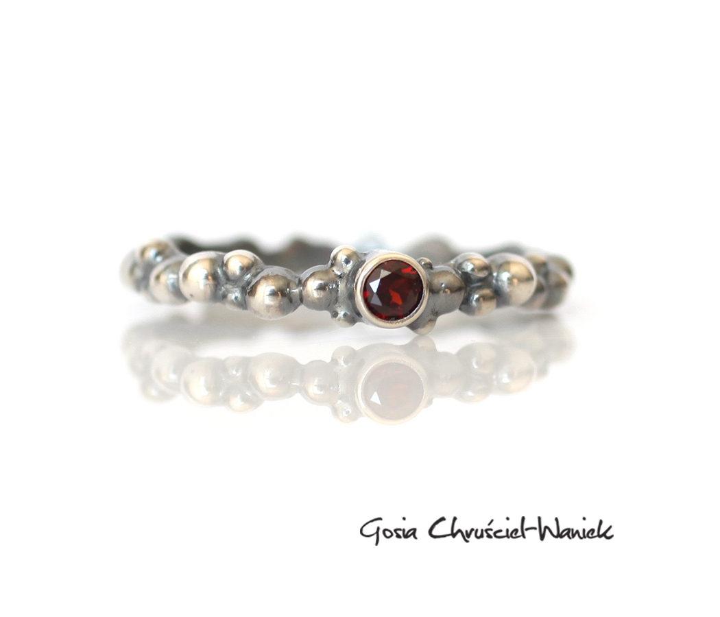 Srebrny, organiczny pierścionek z granatem