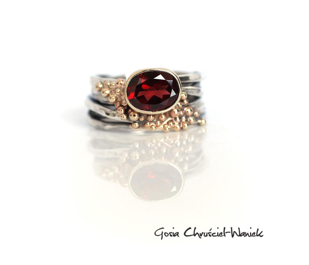 Efektowny pierścionek z granatem w złocie