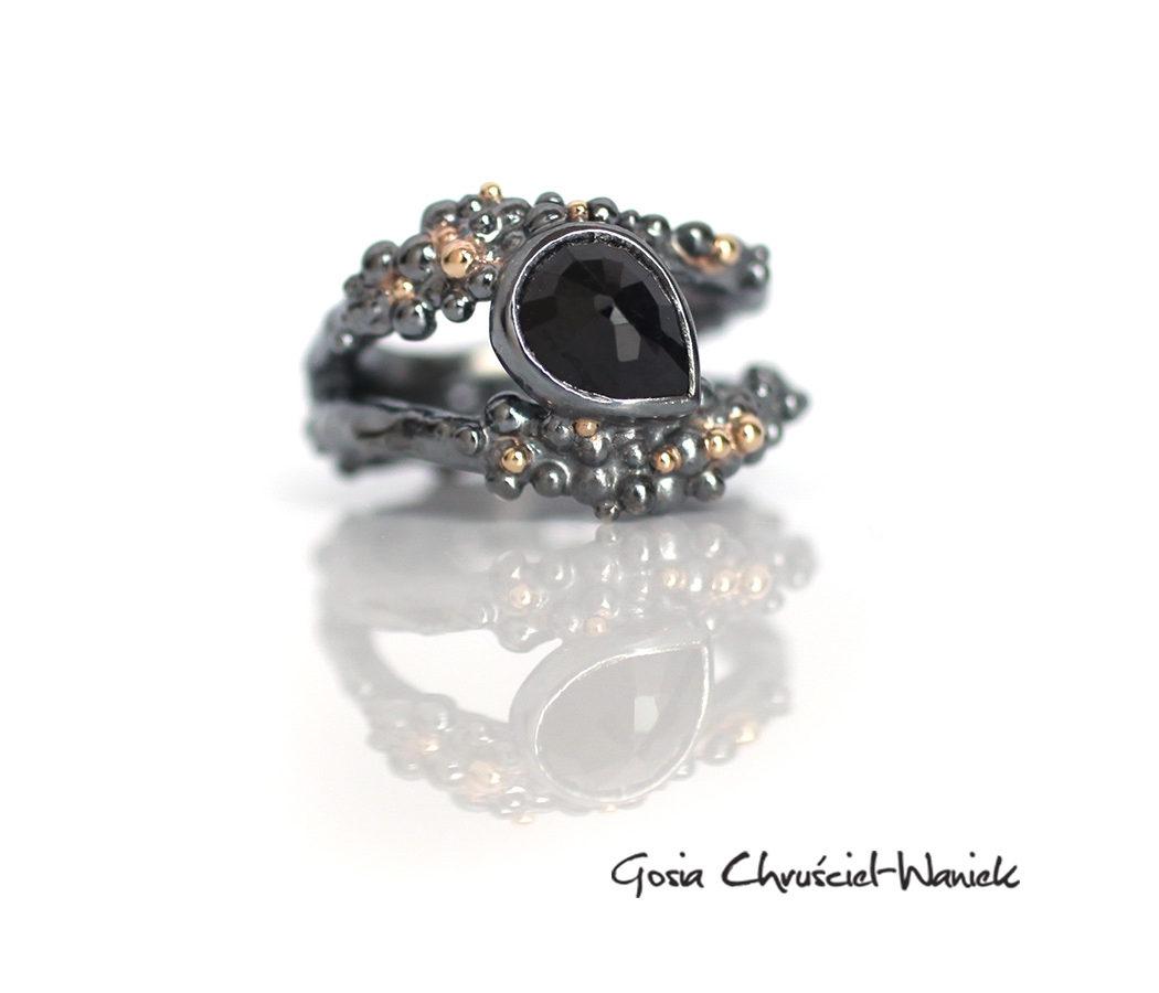 Organiczny pierścionek z czarnym szafirem, srebrnem i złotem