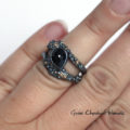 Efektowny pierścionek z czarnym szafirem i złotem