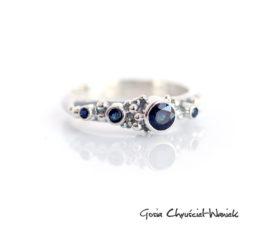 Asymetryczny pierścionek z naturalnymi szafirami