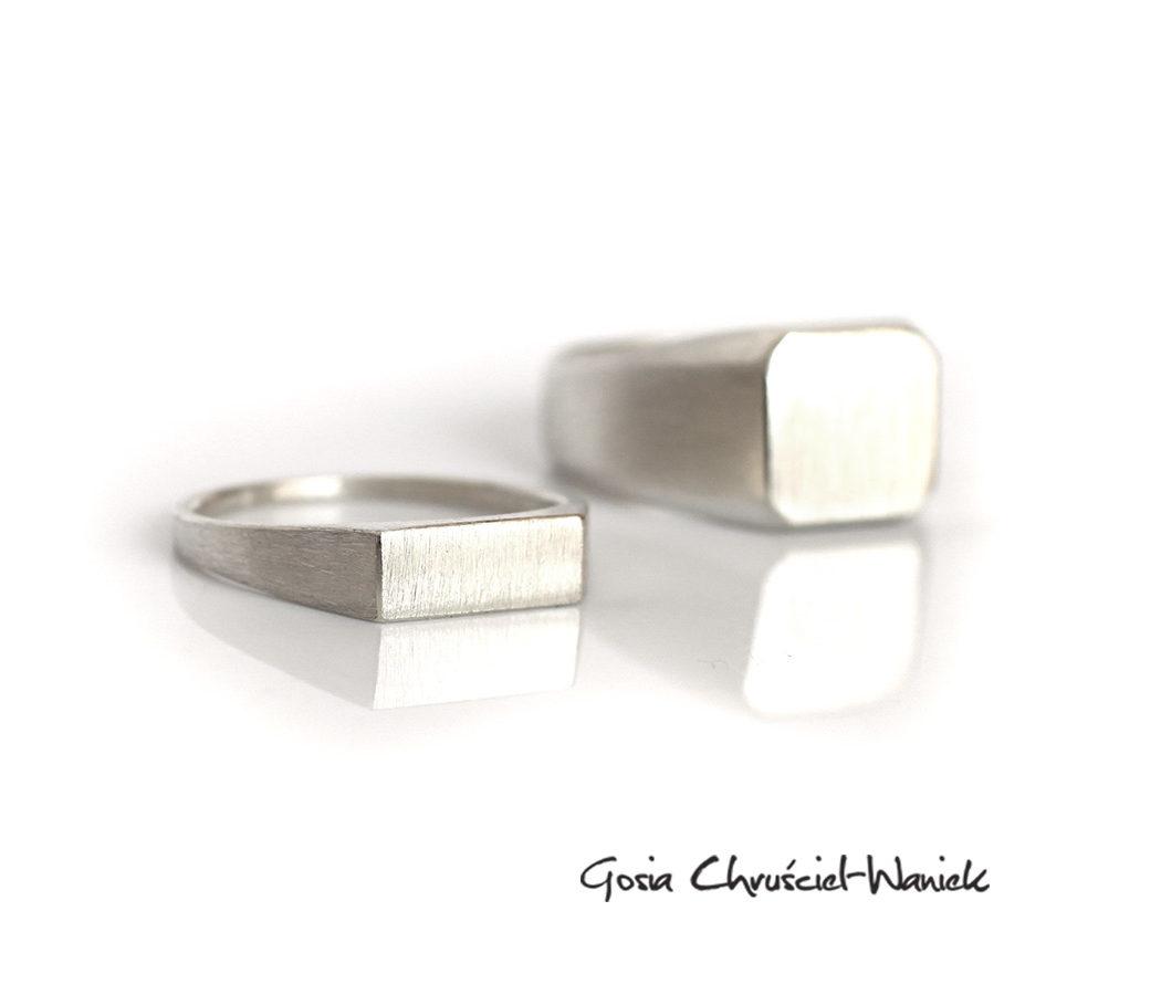 Sygnet z satynowanego srebra