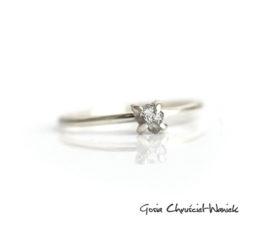 Surowy diament w srebrnych pazurkach