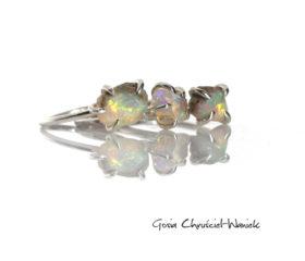 Opal ze skałką macierzystą w pazurkach