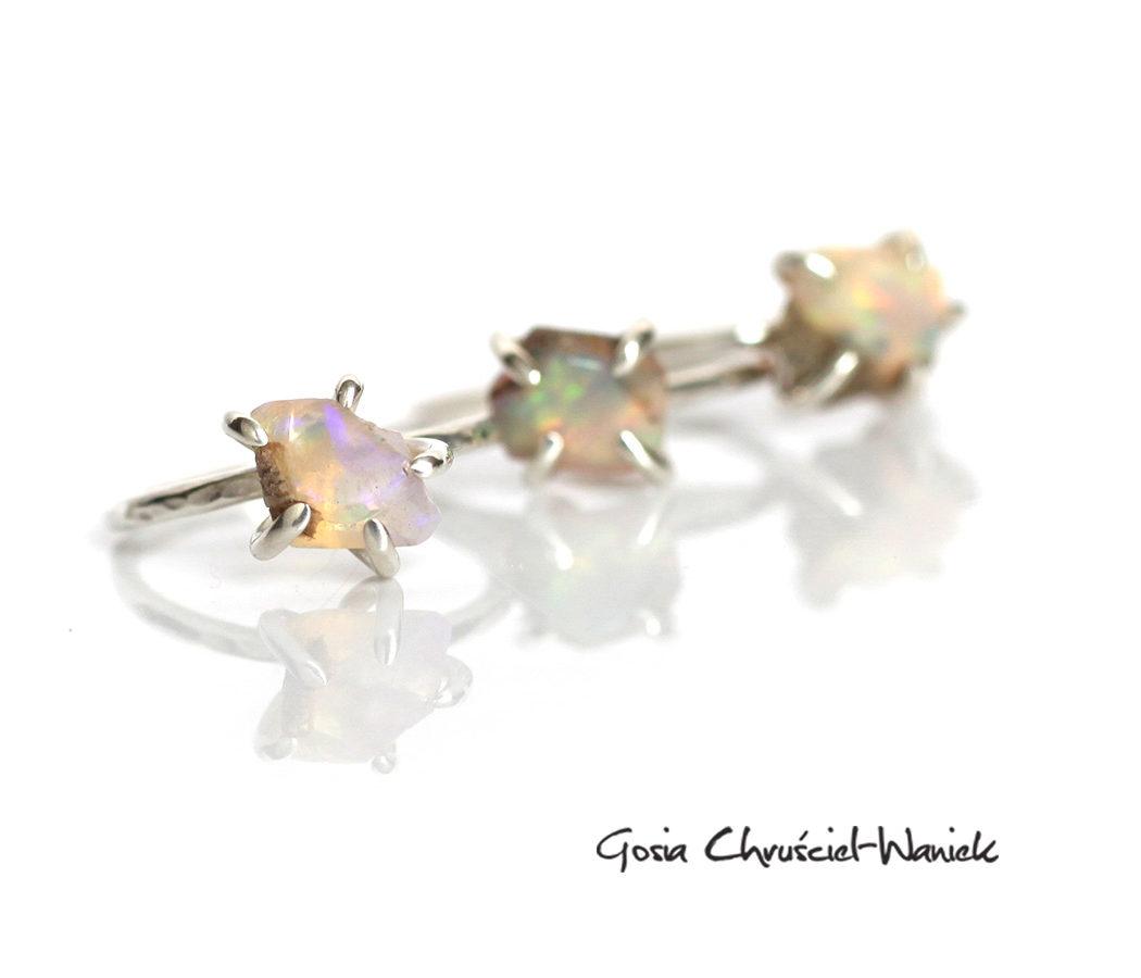 Srebrne pierścionki z opalami w pazurkach