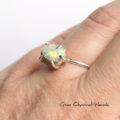 Srebrny pierścionek z opalem ze skałką macierzystą