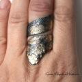 Duży, efektowny pierścień zdobiony złotem