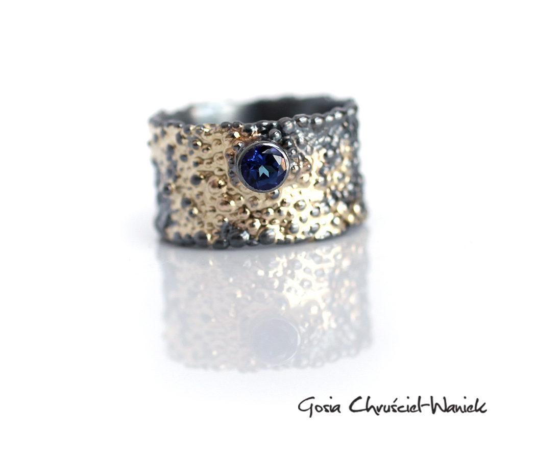 Szeroka obrączka ze złotem i topazem passion blue