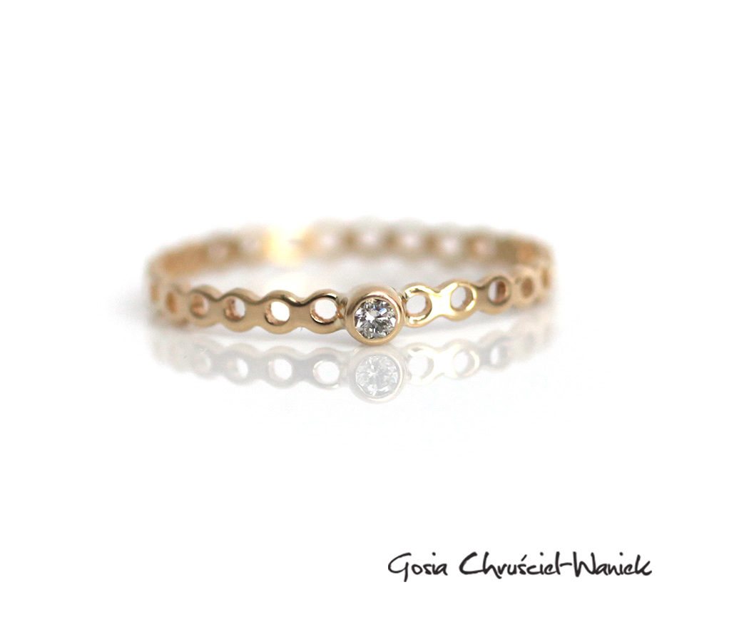 Ażurowy pierścionek z żółtego złota z brylantem