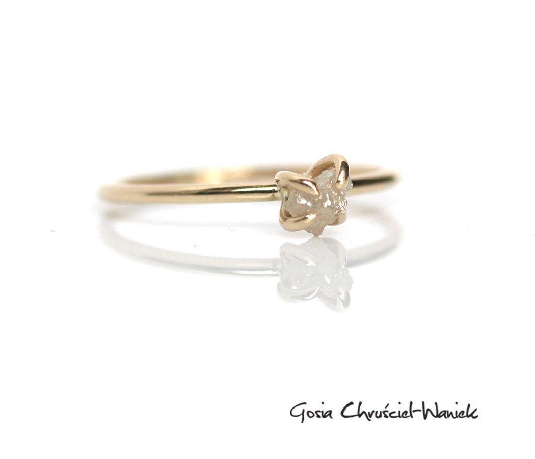 Minimalistyczny pierścionek z surowym diamentem
