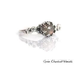 Srebrny pierścionek z labradorytem i cyrkoniami