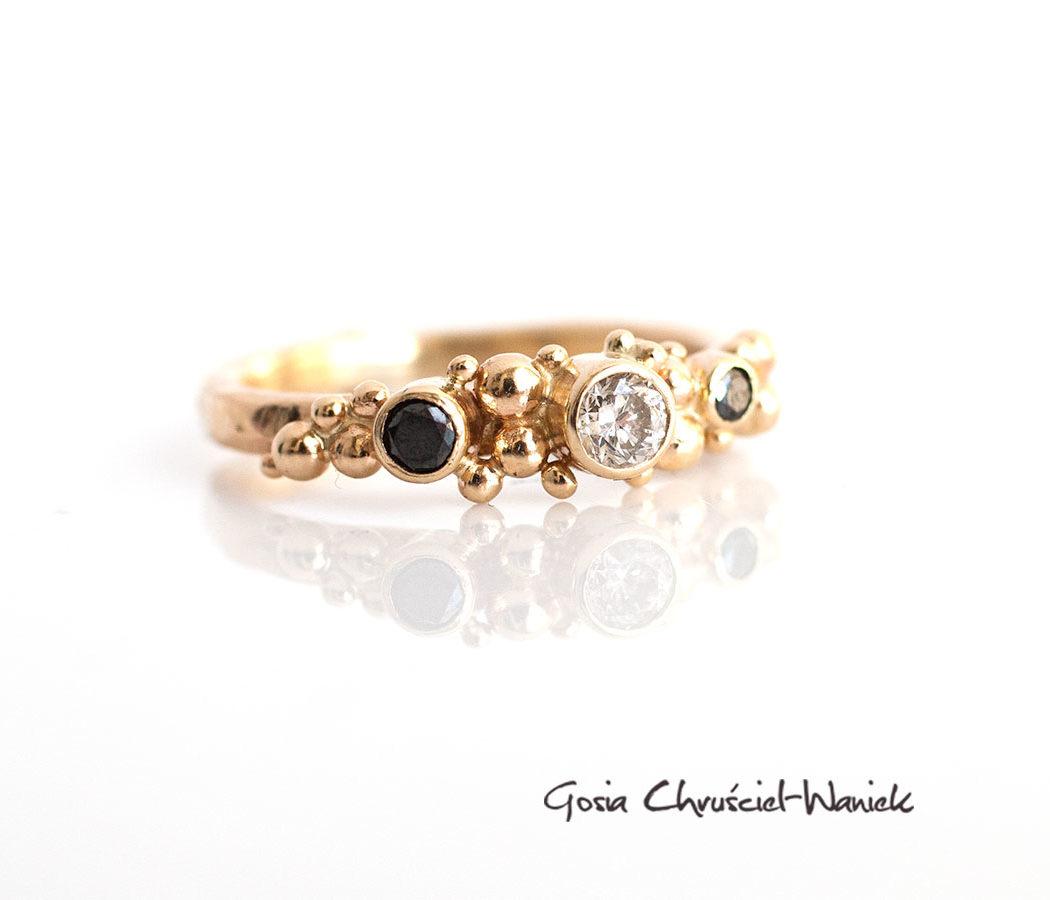 Złoty pierścionek w stylu organicznym z brylantami