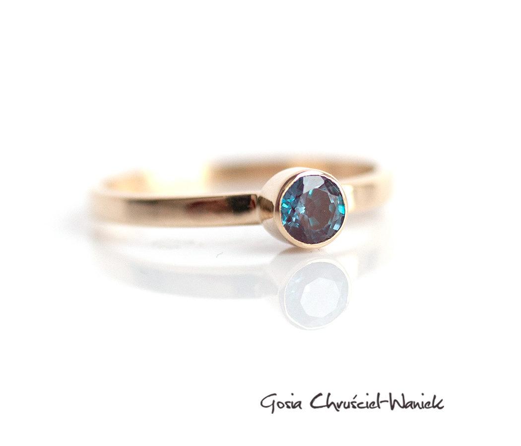 Zaręczynowy pierścionek z aleksandrytem