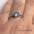 Srebrny pierścionek z moonstonem, szafirami cejlońskimi i złotem