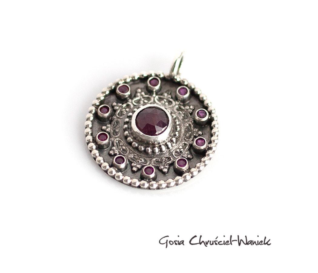 Srebrna mandala z rubinami