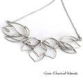 Stalowe magnolie - srebrny naszyjnik /kolia