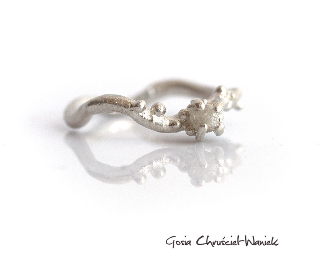 Pierścionek z surowym diamentem w srebrze
