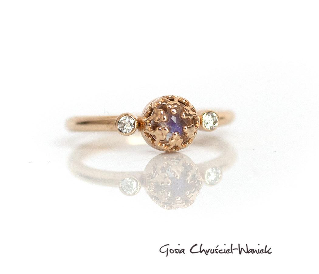 Złoty pierścionek z kamieniem księżycowym i brylantami