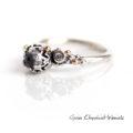 Srebrny pierścionek z kamieniem księżycowym, brylantami i złotem
