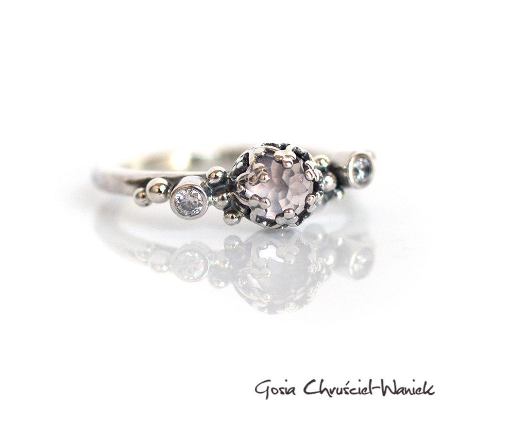 Różowy kwarc, cyrkonie - pierścionek w stylu retro