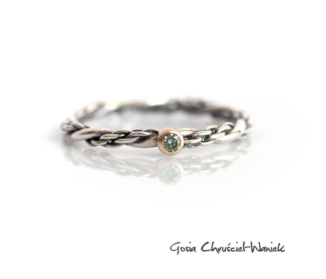 Srebrno złoty pierścionek z brylantem