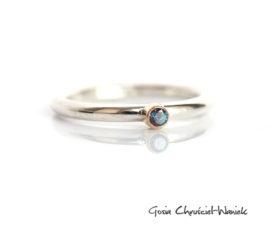 Klasyczny pierścionek z aleksandrytem i złotem