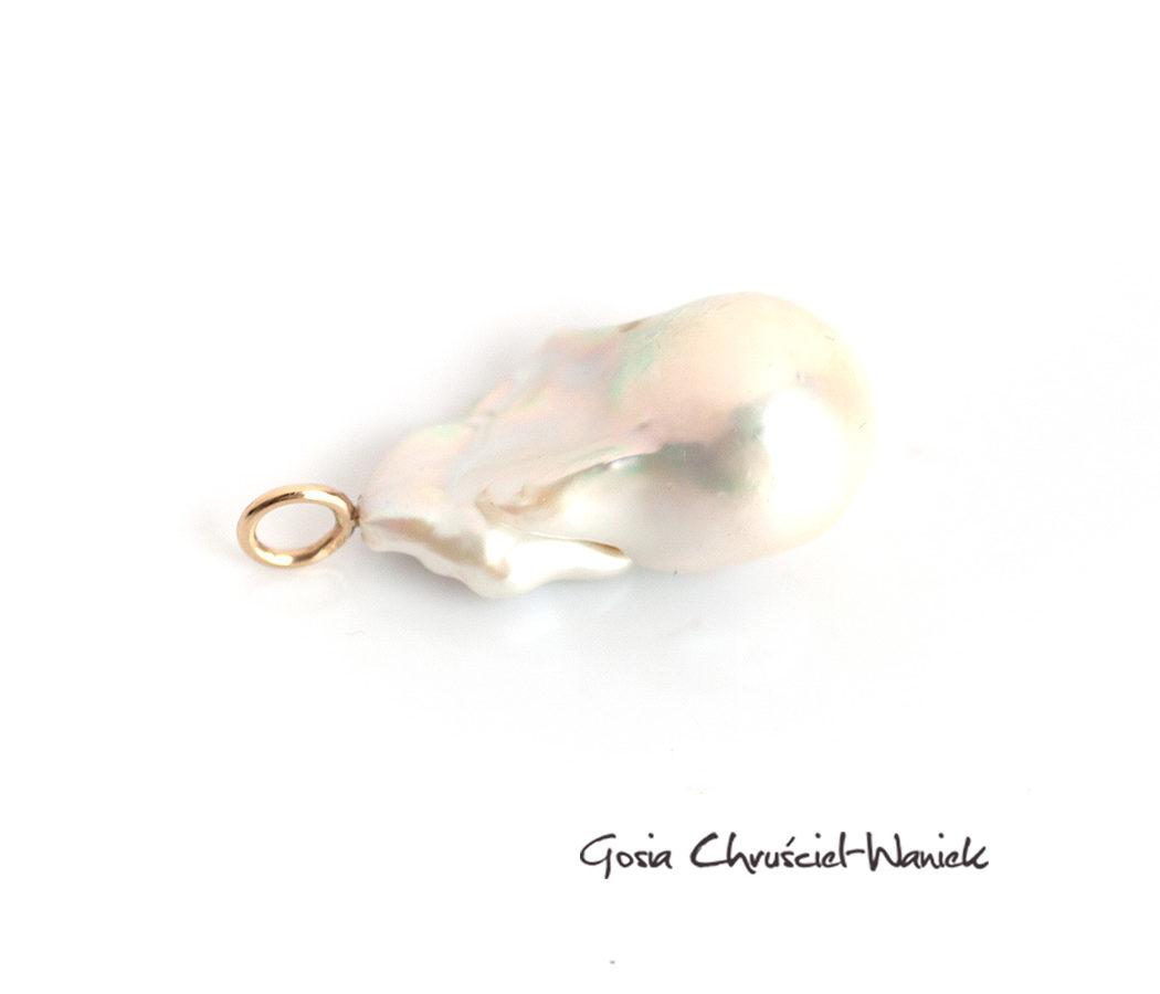 Złoty wisior z barokową perłą