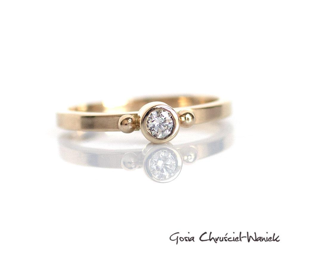 Uroczy, złoty pierścionek z kuleczkami