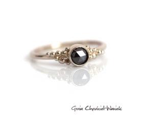 Białe złoto, czarny diament i kuleczki
