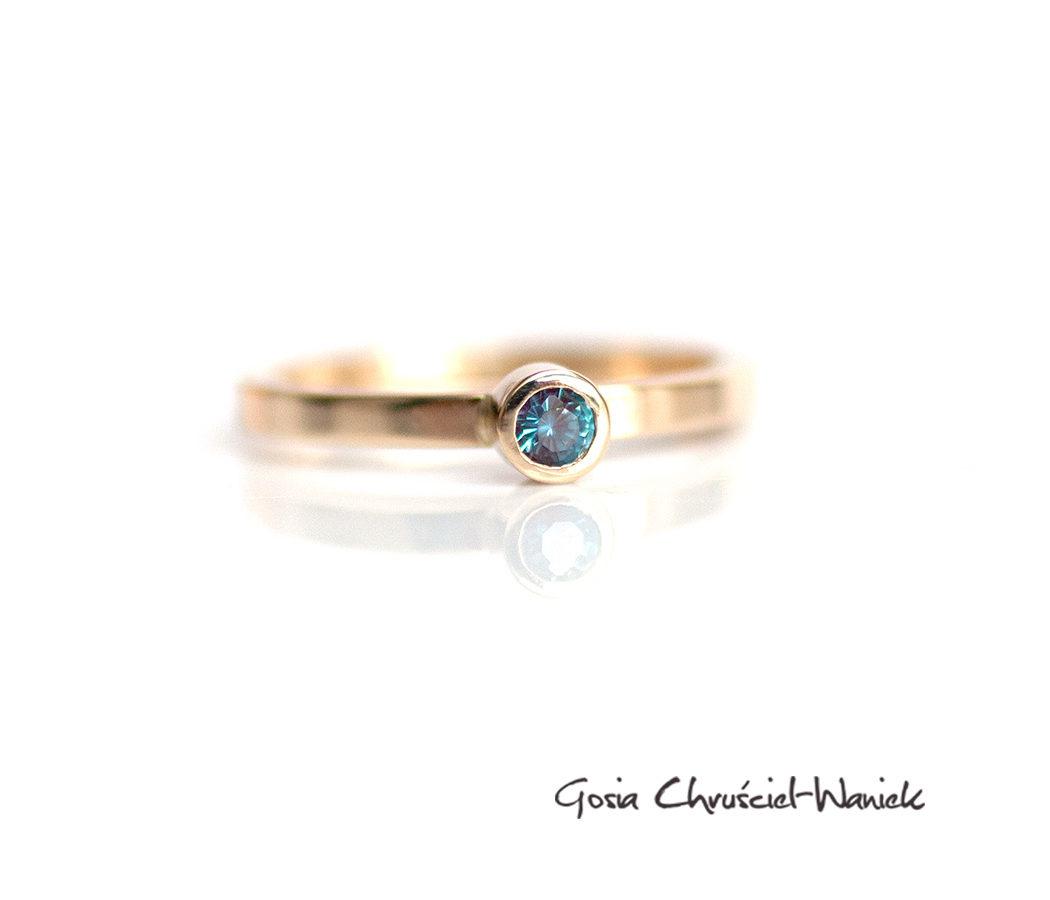 Złoty pierścionek z hodowanym aleksandrytem