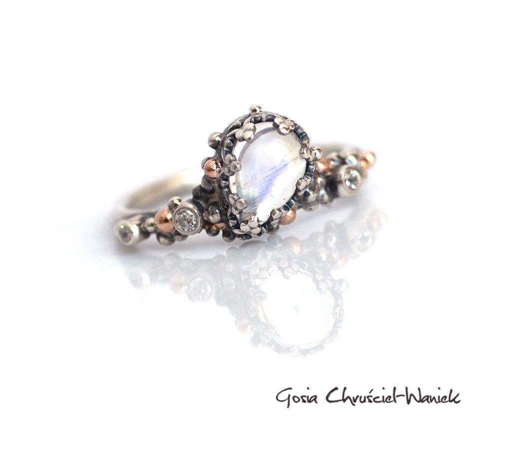 Pięny pierścionek z kamieniem księżycowym srebrem i złotem