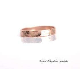 Fakturowana obrączka – różowe złoto