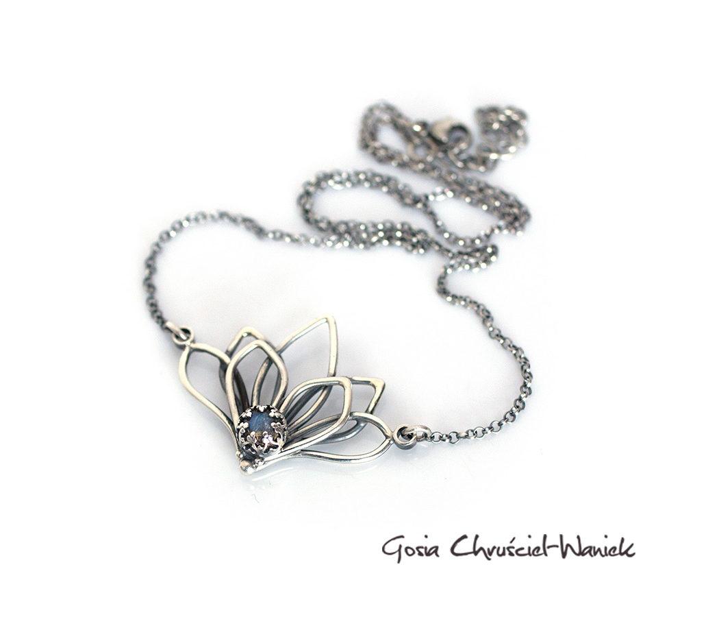 Kwiat lotosu - naszyjnik srebrny z labradorytem