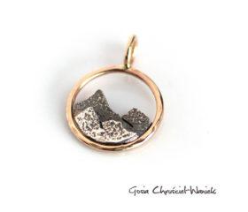 Mała zawieszka ze złota i srebra z górami