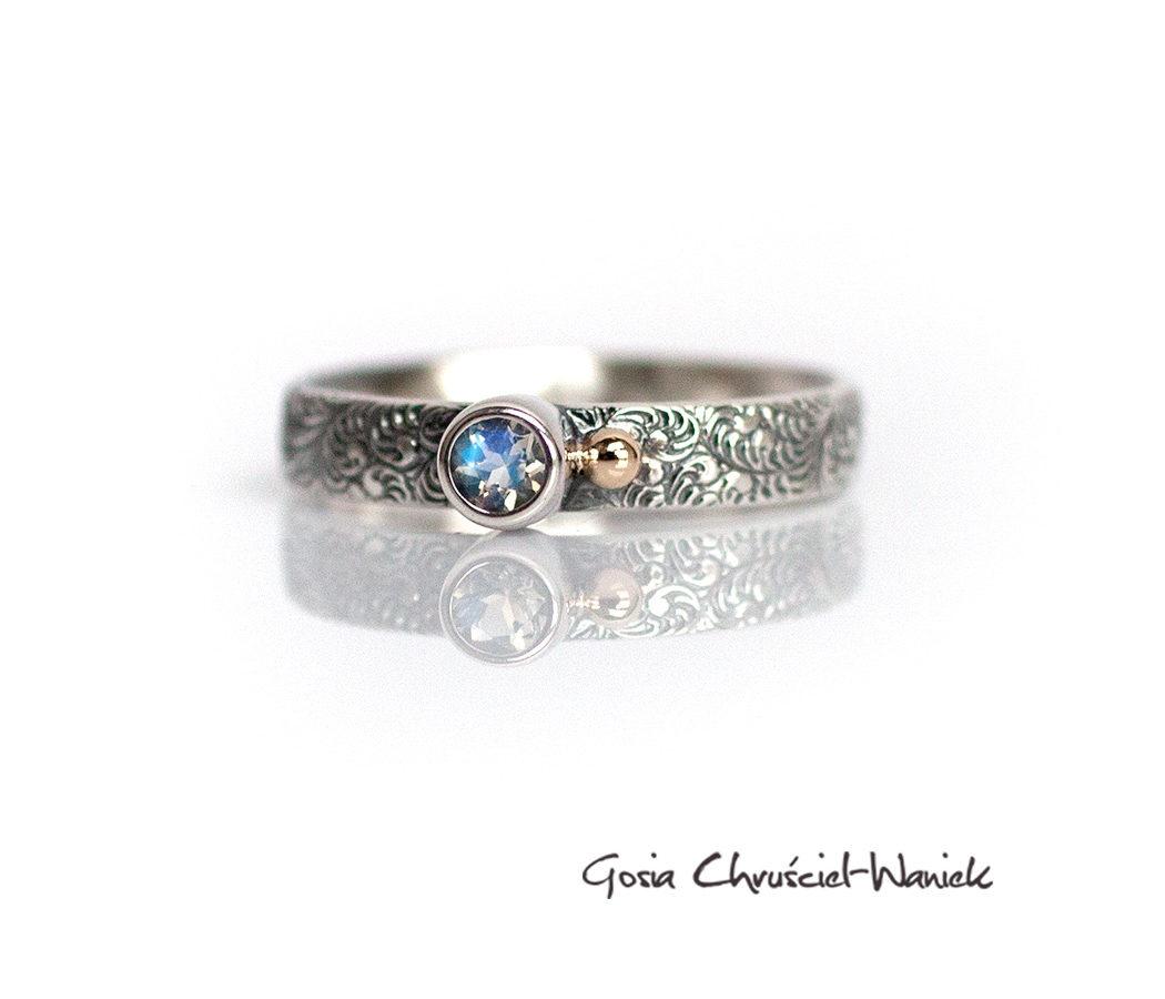 Srebrny pierścionek z moonstonem i złotą kuleczką