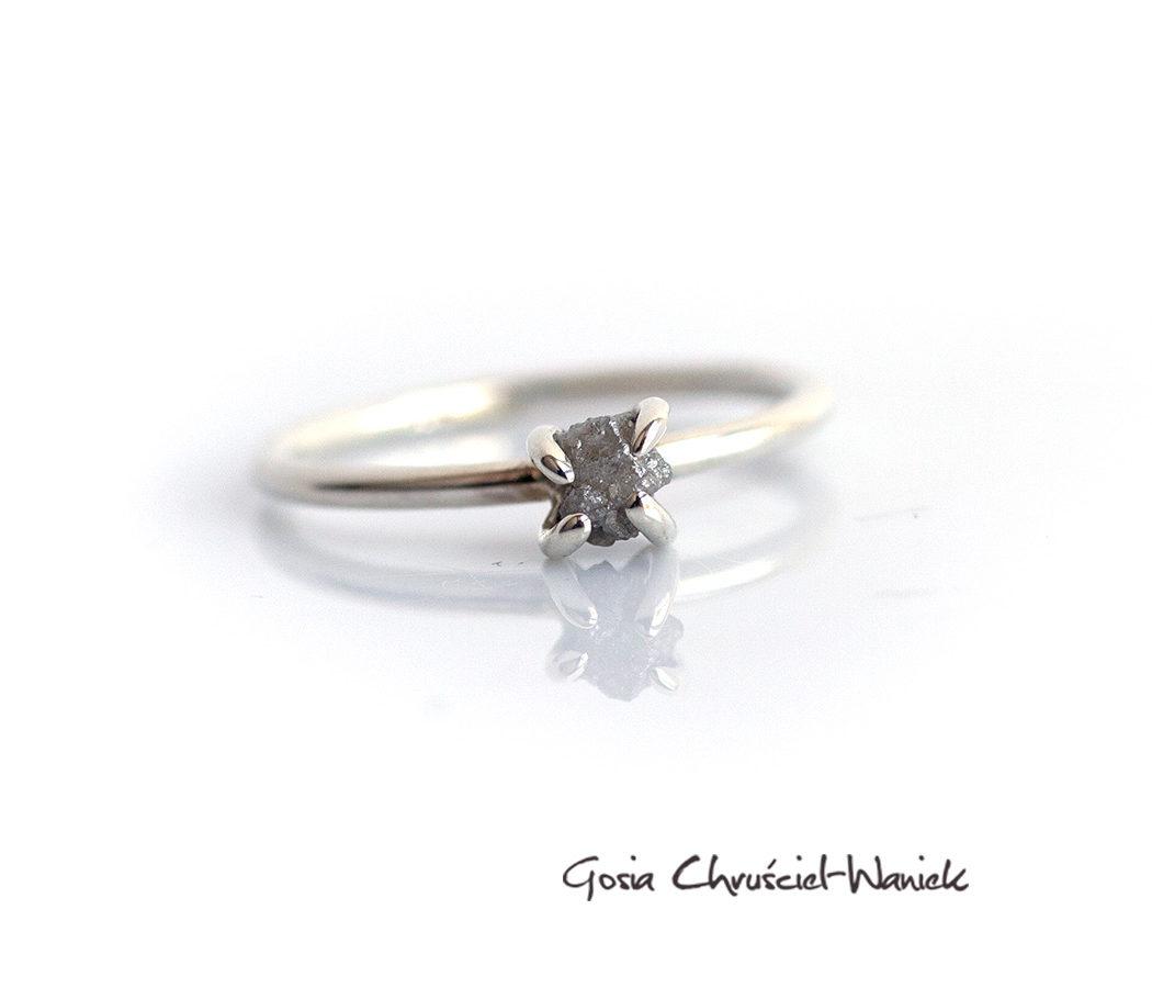 Surowy diament w srebrze